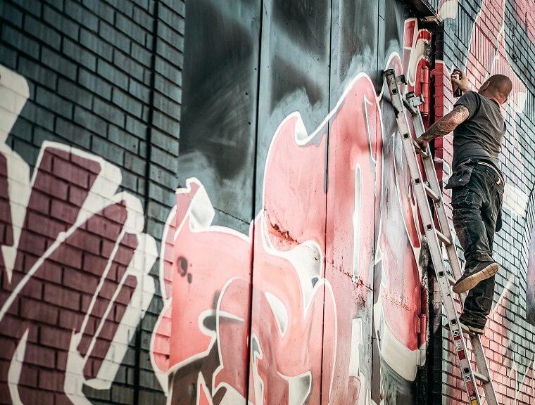 Aanbrengen roze graffiti