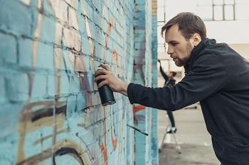 Graffiti aanbrengen blauwe muur