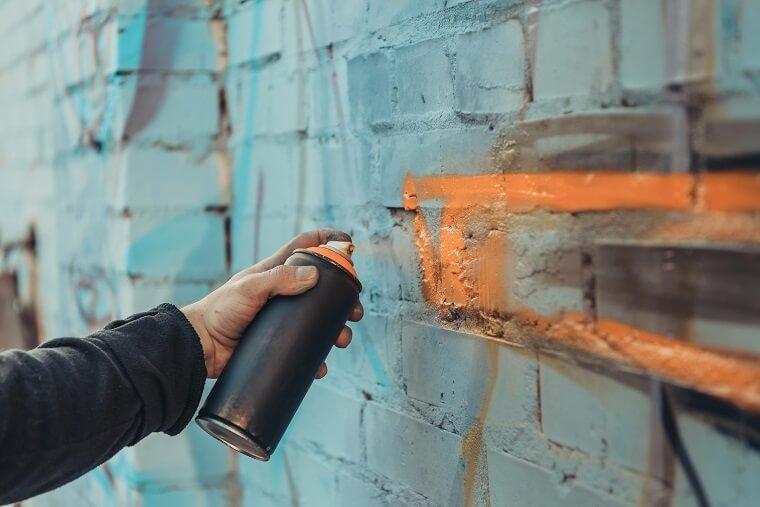 Aanbrengen graffiti met spuitbus