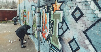 Graffiti aanbrengen muur plein