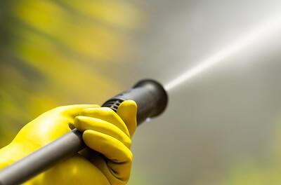 Hoge druk reiniger en gele handschoenen